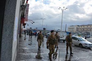 Foto 2 - Una pattuglia dell'Esercito a Piazza Garibaldi
