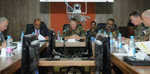 il-force-commander-al-centro-e-alla-sua-destra-il-vice-capo-della-missio