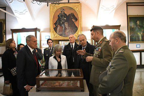 Esercito il presidente del senato grasso visita il museo for Dove ha sede il parlamento italiano