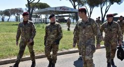 Esercito: i cavalieri paracadutisti ricevono a Grosseto la visita del Comandante della Divisione Friuli