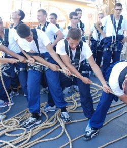 Marina: gli allievi del 2° corso della Scuola Morosini a Capodistria con la goletta Palinuro