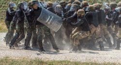 MNBG-W, KFOR: esercitazione congiunta di controllo della folla per militari italiani, moldavi e ucraini