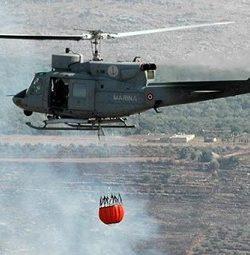 Marina, interventi antincendio in Sicilia: 5 sganci d'acqua in 4 ore di volo per l'elicottero SH-212 della base di Catania